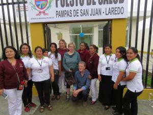 Mitglieder von Neue Horizonte Gesundheit für Peru mit Gesundheitshelferinnen in Pampas de San Juan